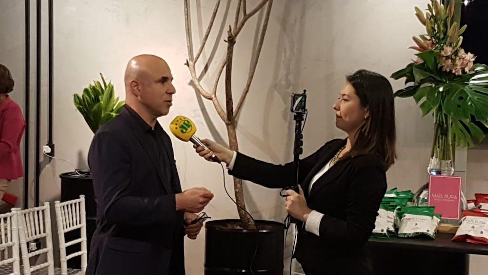 Dr. Fernando Maluf dando entrevista durante a campanha Laço Rosa, do IVOC e Spezzato.