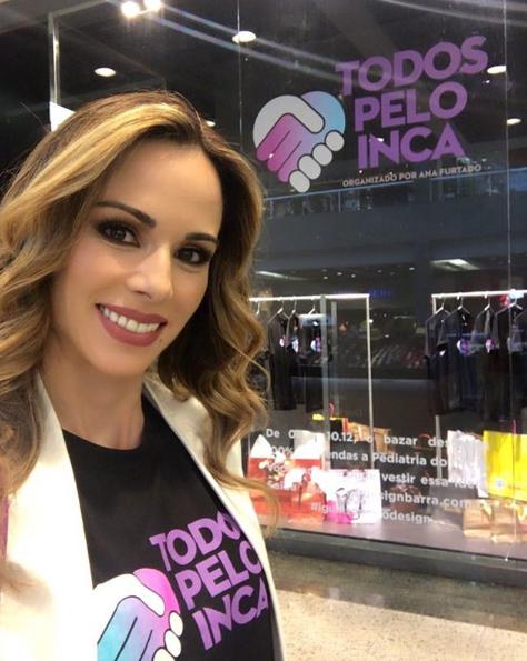 Apresentadora Ana Furtado em frente à vitrine da loja onde foi realizado o Todos Pelo Inca 2016.