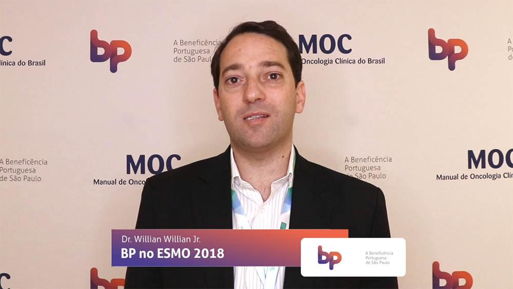 Thumbnail com dr. Willian Willian falando sobre estudo comparando toxicidade entre tratamentos de câncer de cabeça e pescoço para pessoas HP positivo.