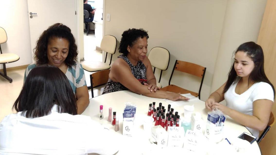 Voluntárias passando esmalte em pacientes do Pérola Byington.